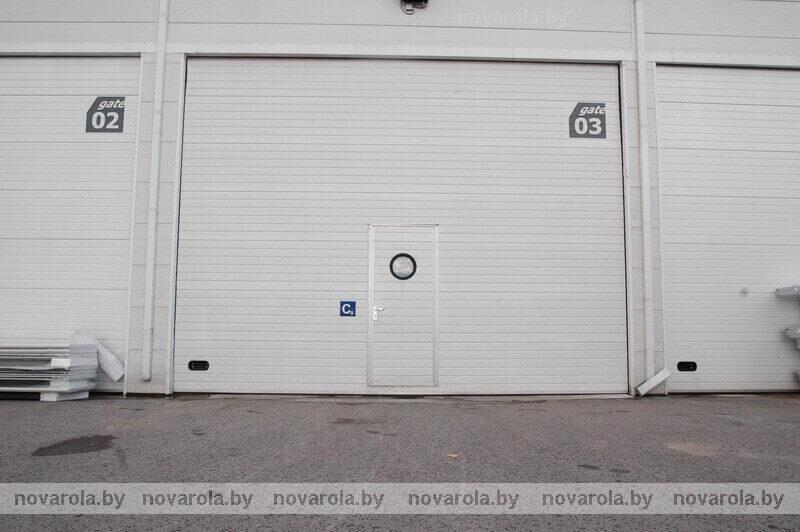 Белые гаражные ворота с панелью RIB.